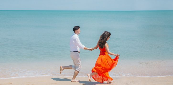 man-and-woman-walks-beside-green-sea-792726-2